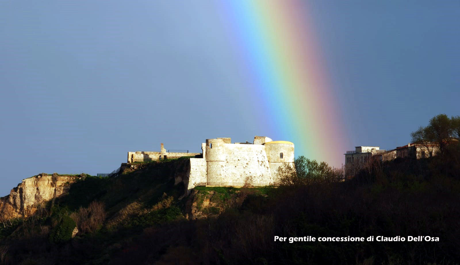 castello aragonese con arcobleno